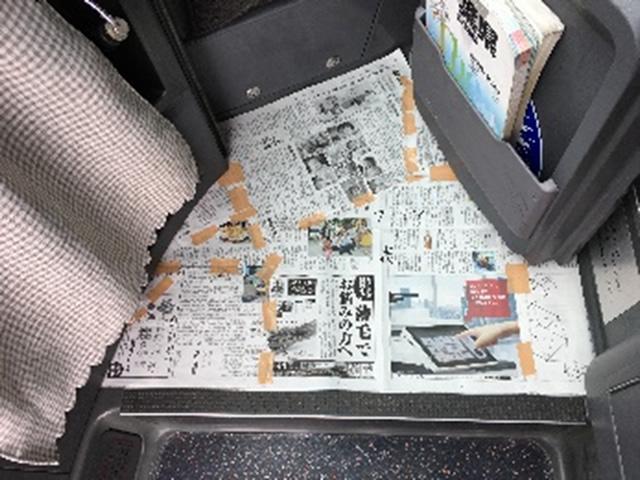 新聞紙などを使い、制作したいマットの型をお作り頂きます。